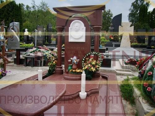 памятник красный гранит